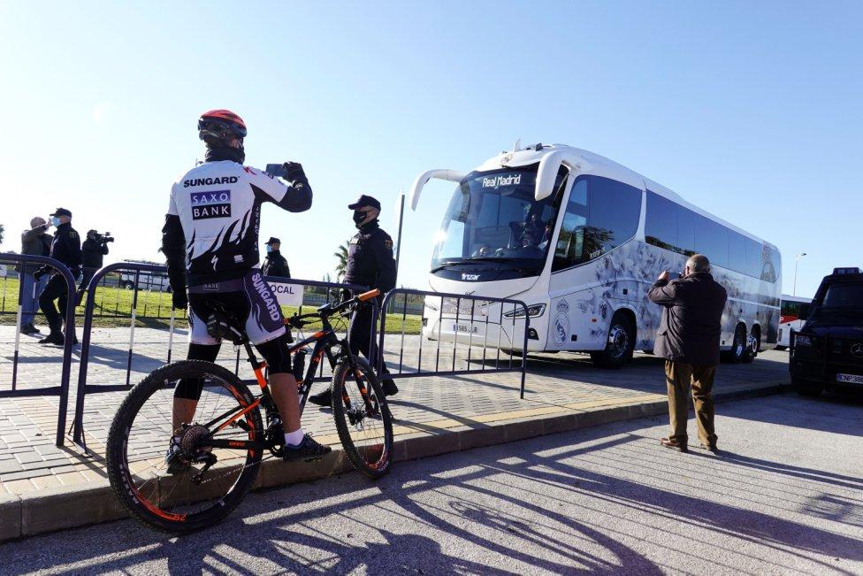 Los aficionados durante la llegada del autobús del Real Madrid.