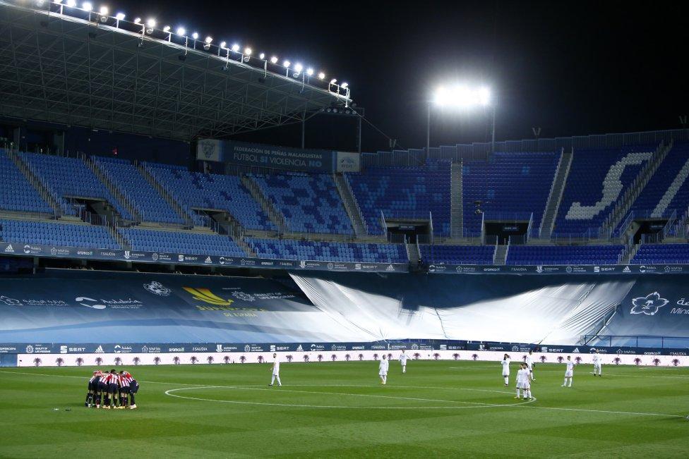 Los  jugadores en el campo del estadio de La Rosaleda.