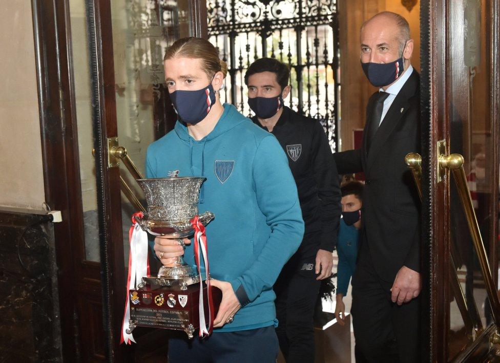 Muniain llega a la Diputación con el trofeo en las manos.