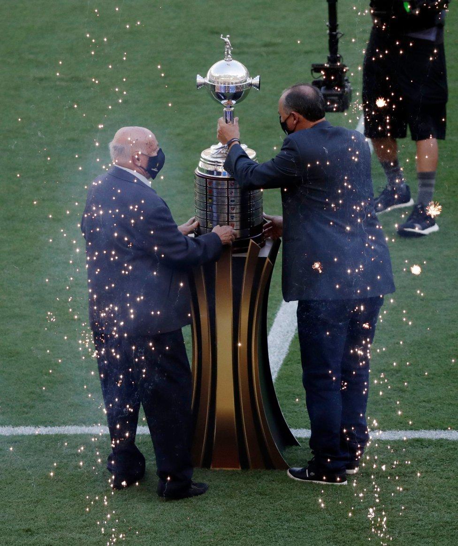 Evair y Pepe con el trofeo de la Libertadores en el estadio de Maracaná.