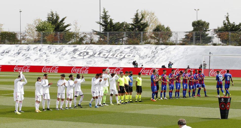 Los dos equipos posan antes del inicio del encuentro.