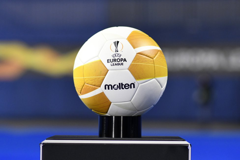 El balón de la Europa League para el partido entre Dinamo de Zagreb y Villarreal.