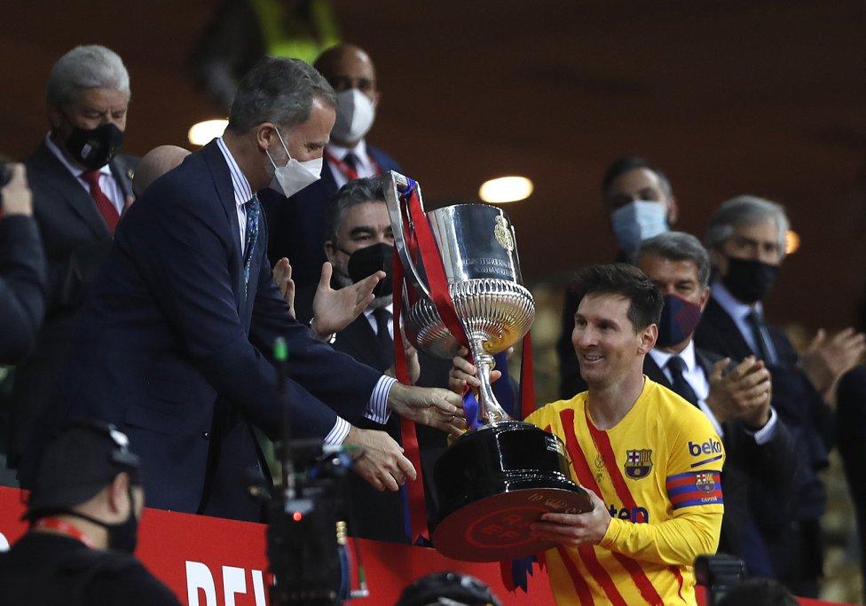 S.M. el Rey Felipe VI entregó el trofeo de la Copa a Leo Messi.