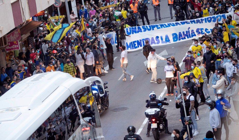 Aficionados del Cádiz se concentraron en los exteriores del estadio Ramón de Carranza. Hubo protestas contra la creación de la Superliga.