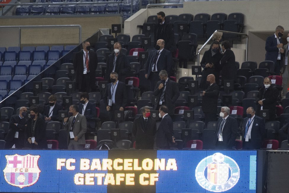 Palco del Camp Nou. Joan Laporta y Ángel Torres.