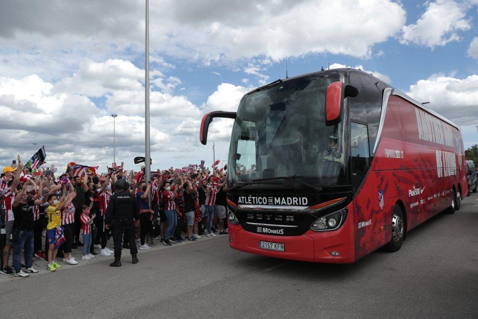 Los seguidores animan a la llegada del autobús del Atlético de Madrid.