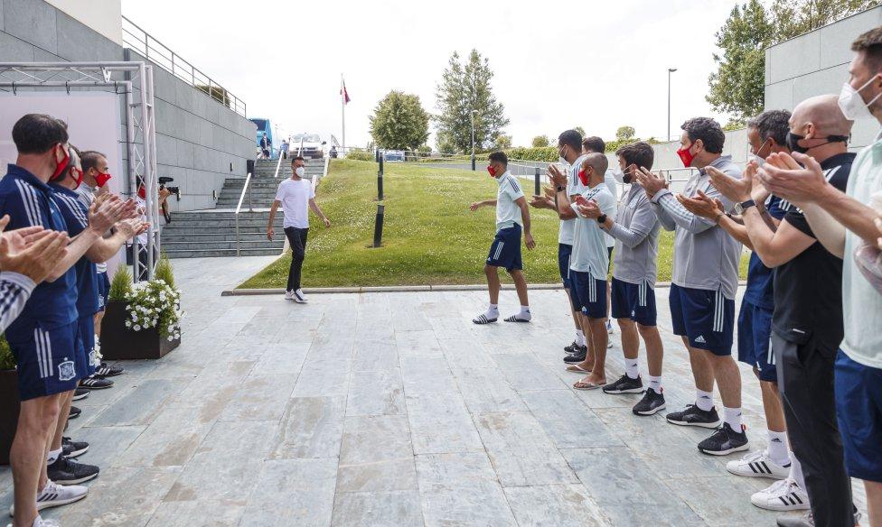 Sergio Busquets regresó ovacionado a la concentración de la selección española en Las Rozas tras su positivo por coronavirus.