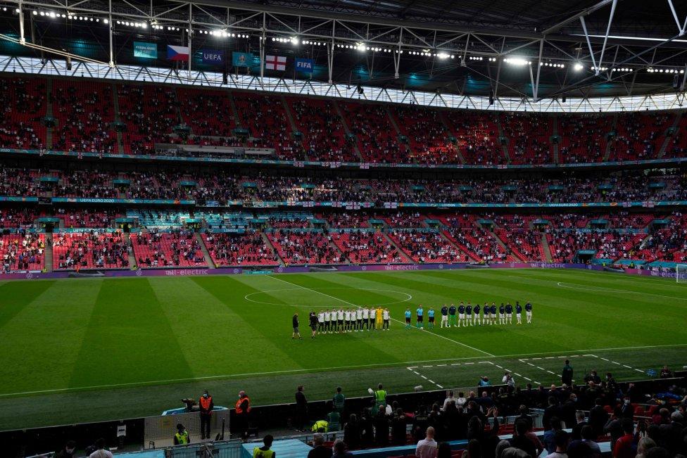 Formación de las selecciones de República Checa e Inglaterra en el estadio de Wembley.