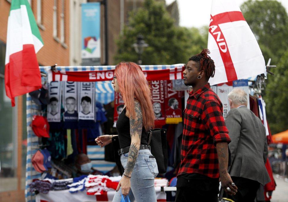 En el  barrio londinense de Camden Town, conocido por sus variopintas calles y reconditos callejones de ladrillo marron, se mezclan devoción por la música y el amor por el fútbol.