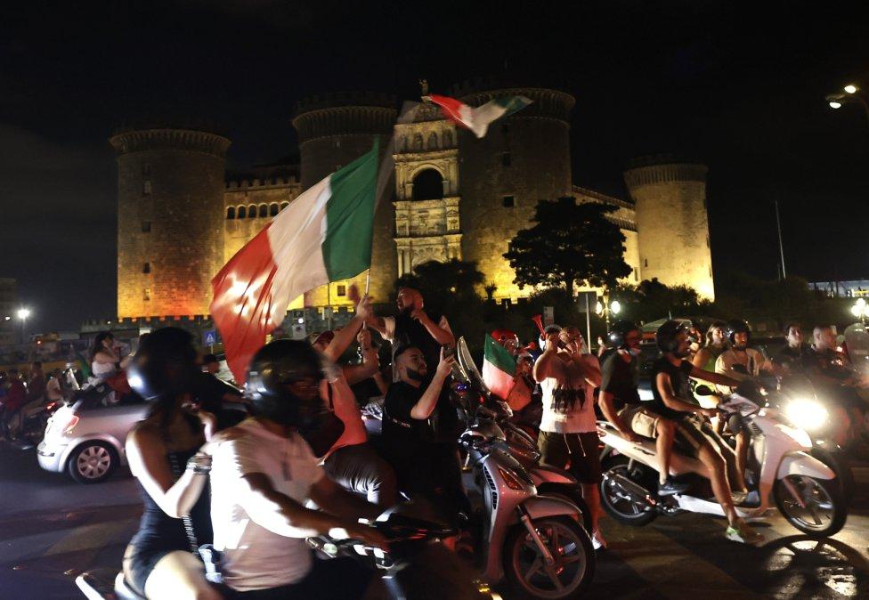Los aficionados italianos celebran la victoria de su selección en Nápoles.