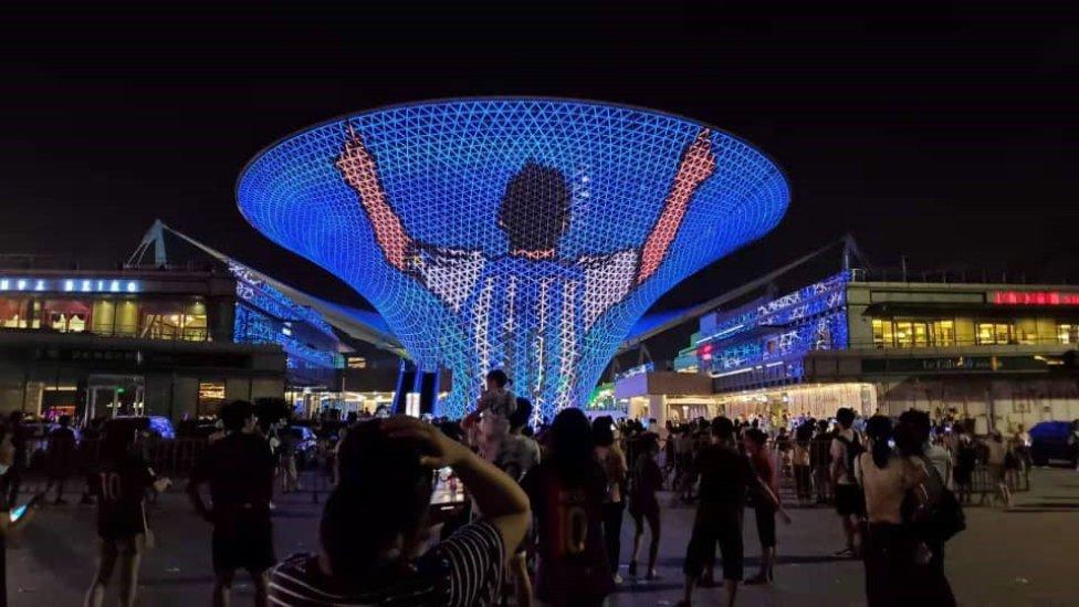 Los seguidores de Messi en China homenajean al astro argentino, proyectando un espectáculo de luces y sonido en una pantalla gigante de luces LED para celebrar su reciente victoria con Argentina en la Copa América