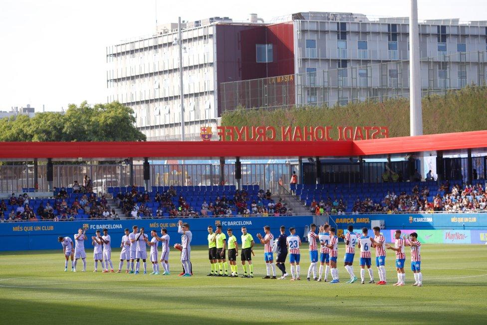 Formación de los equipos en el estadio Johan Cruyff.