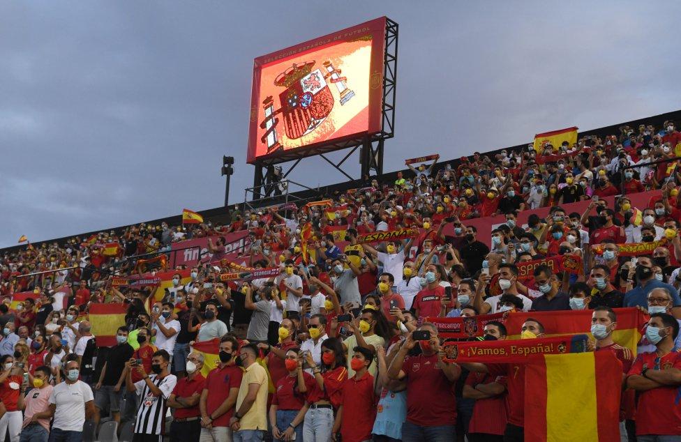 Aficionados de la selección española en el estadio Nuevo Vivero en Badajoz.