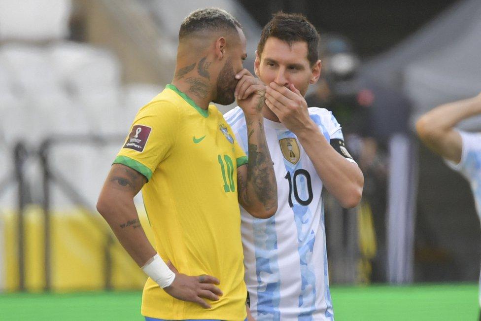 Neymar y Messi charlando.