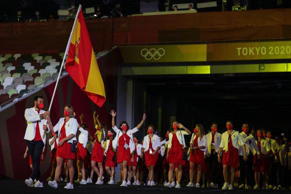 Los abanderados Mireia Belmonte y Saul Craviotto de la delegación de España lideran a su equipo durante la Ceremonia de Apertura de los Juegos Olímpicos de Tokio 2020
