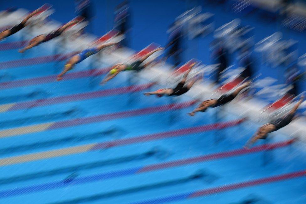 Las nadadoras justo en el momento en el que comenzó la segunda semi final de 100 metros libres