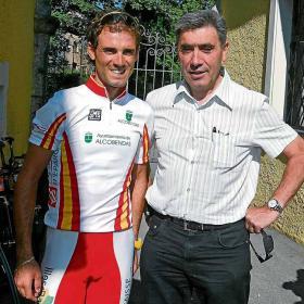 <b>DOS CRACKS. </b>Valverde y Merckx en una visita del belga a la Selección en el anterior Mundial.