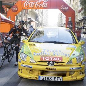 EXHIBICIÓN. Valverde batió al coche de rally en el centro de Murcia.