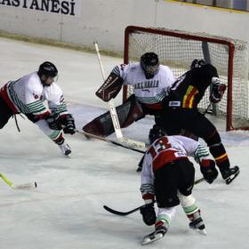 Kiril Vuzharov en un partido contra España