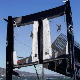 El 'Oracle Team USA' vuelca su catamarán en San Francisco