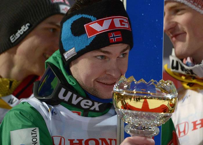 Jacobsen sorprende y es el líder al ganar en Oberstdorf