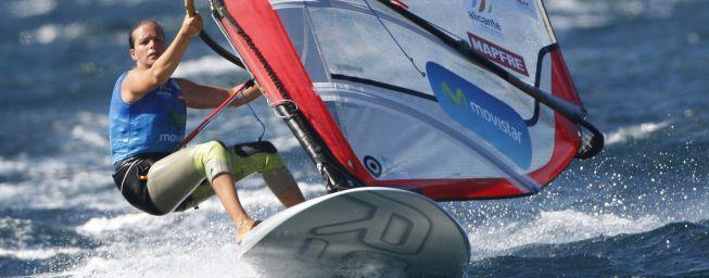 Marina Alabau se cuelga la medalla plata en la clase RS:X