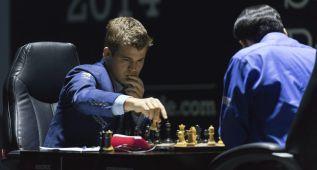 Carlsen forzó tablas y está a un punto de revalidar el título