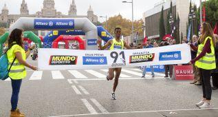 El eritreo Tuemay, con 29:17, pulveriza el récord de Montjuïc