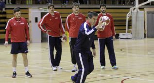 Víctor Tomás se entrena al margen de la Selección