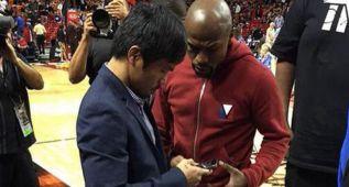 Mayweather y Pacquiao se saludan en un partido de la NBA