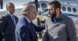 El espeleólogo que sobrevivió ya está en Granada con su familia