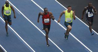Bolt se atranca en la salida y gana con 10.12 los 100 de Río