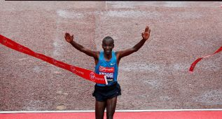 El keniano Kipchoge gana a los mejores de la historia