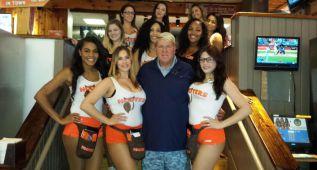 John Daly visita a las chicas de Hooters para lanzar su bebida