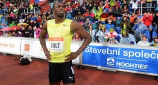 Usain Bolt progresa y marca 20.13 entre la lluvia y el frío