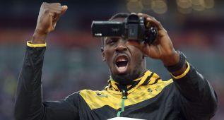 Bolt graba la entrega de su medalla de oro en Pekín