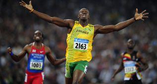 Bolt bate el récord y le acusan de poco deportivo por sus gestos