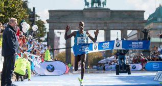 Kipchoge gana en Berlín con su mejor marca pero sin récord