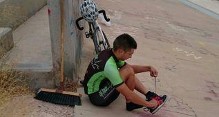 Julio Amores entrena en el ruinoso velódromo de Novelda
