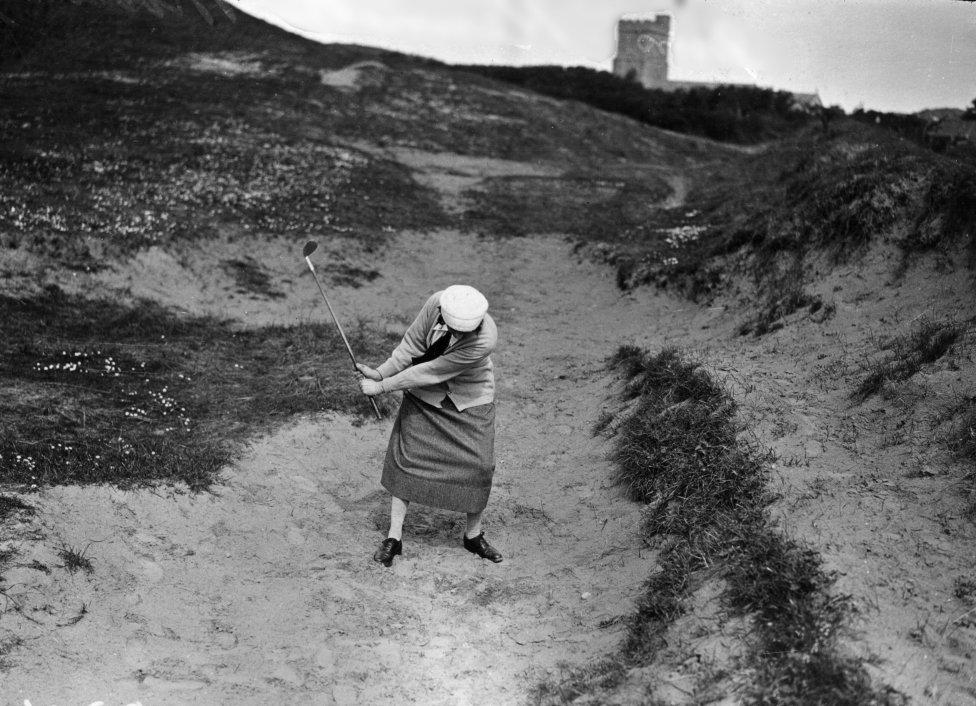 El golf ha sido uno de los deportes que más ha tenido en cuenta a las mujeres junto con el Tenis. Fue en 1900 cuando los Juegos Olímpicos ya añadieron el Golf femenino. La imagen de 1923 da cuenta de ello en el Mundial de Burnham con Mrs Kenneth Morrice en la fotografía.