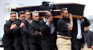 Lágrimas y hakas en el multitudinario funeral de Lomu