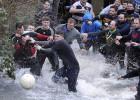 Un pueblo enfrentado por un balón