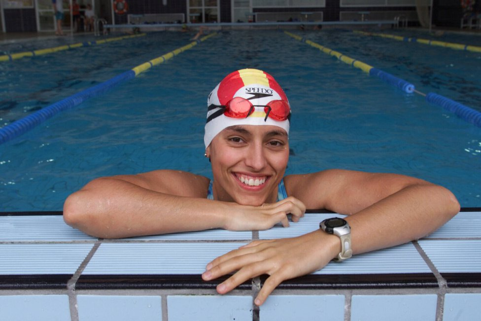 Teresa Perales nació en Zaragoza el 29 de diciembre de 1975. Perdió la movilidad desde la cintura hasta los pies a causa de una neuropatía, pero su carácter la llevó a aprender a nadar y en cuestión de un año, empezar a competir.