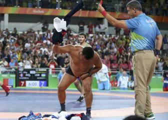 El desnudo como protesta de los entrenadores de Mongolia