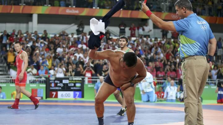Dos entrenadores mongoles se desnudan contra los jueces