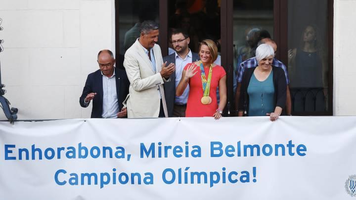 1.000 personas reciben a Mireia Belmonte en Badalona