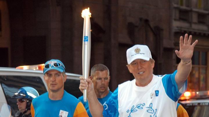 Donald Trump con la antorcha olímpica.