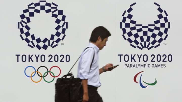 Un peatón pasa junto a los logos de Tokio 2020, en la capital japonesa.