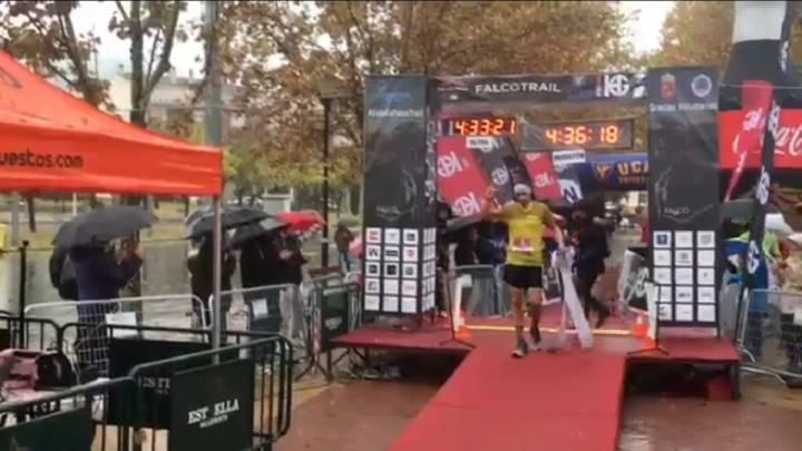 Luis Alberto Hernando, a su llegada a meta en la Falcotrail, niega que fuese el ganador de la prueba tras saltarse por error un kilómetro en el tramo final.