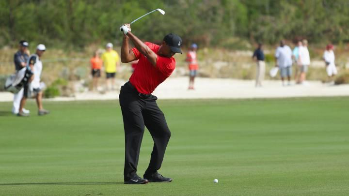 Tiger Woods golpea la bola durante el undécimo hoyo en la última jornada del Hero World Challenge.